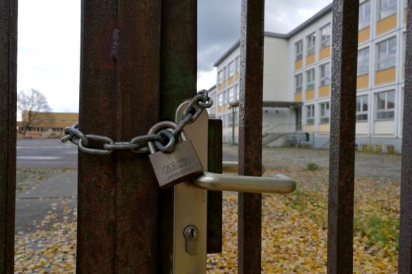 Foto: Abgeschlossenes Schultor, über dts Nachrichtenagentur