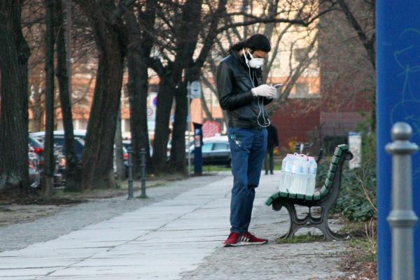 Foto: Mann mit Wasserflaschen und Mundschutz, über dts Nachrichtenagentur