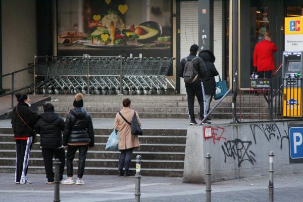 Foto: Schlange stehen vor Supermarkt, über dts Nachrichtenagentur