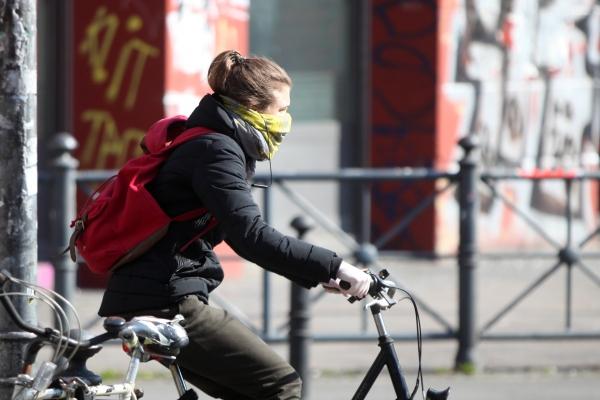 Foto: Frau mit Schal, über dts Nachrichtenagentur