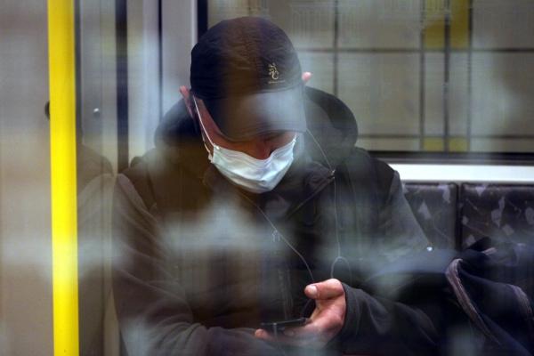 Foto: Mann mit Schutzmaske in einer U-Bahn, über dts Nachrichtenagentur