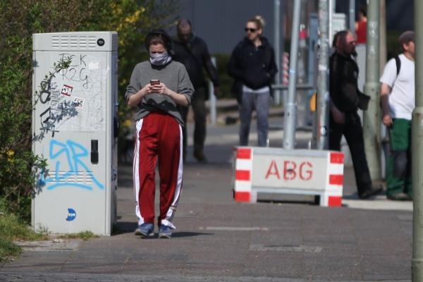 Foto: Menschen mit und ohne Mundschutz, über dts Nachrichtenagentur