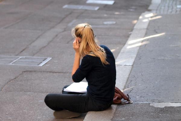 Foto: Junge Frau beim Telefonieren, über dts Nachrichtenagentur