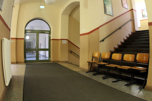 Stühle im Flur einer Schule, über dts Nachrichtenagentur