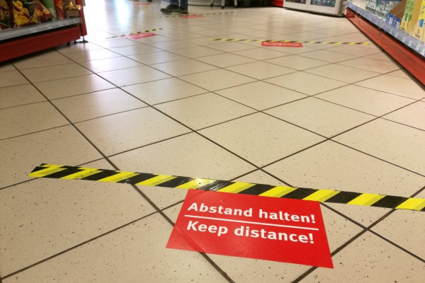 Foto: Abstandsmarkierungen, über dts Nachrichtenagentur