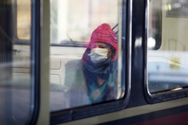 Foto: Frau mit Schutzmaske in einer S-Bahn, über dts Nachrichtenagentur