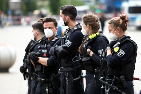 Polizisten mit Mundschutz, über dts Nachrichtenagentur