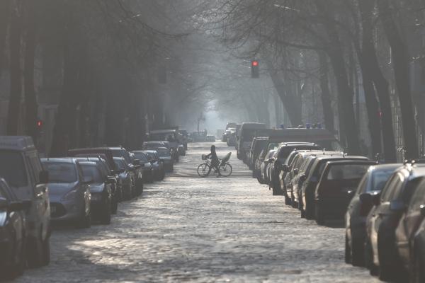 Foto: Parkende Autos in einer Straße, über dts Nachrichtenagentur