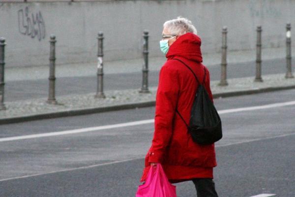 Foto: Seniorin mit Mundschutz und Einkaufstüte, über dts Nachrichtenagentur