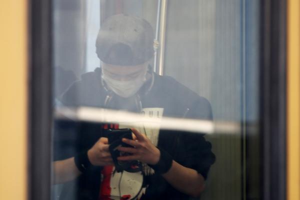 Foto: Jugendlicher mit Schutzmaske in einer S-Bahn, über dts Nachrichtenagentur