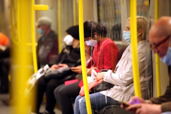 Foto: Fahrgäste mit Mund-Nasen-Schutz, über dts Nachrichtenagentur