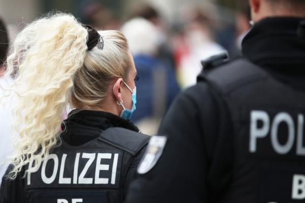 Foto: Polizei mit Mundschutz, über dts Nachrichtenagentur