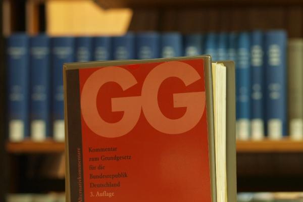 Foto: Ausgabe des Grundgesetzes in einer Bibliothek, über dts Nachrichtenagentur