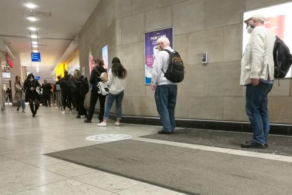 Foto: Menschen in einer Corona-Warteschlange, über dts Nachrichtenagentur