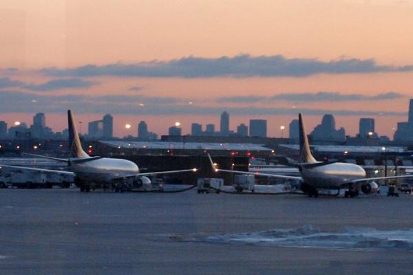 Foto: Flugzeuge am Flughafen Newark bei New York, über dts Nachrichtenagentur