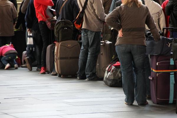 Foto: Touristen beim Check-in am Flughafen, über dts Nachrichtenagentur