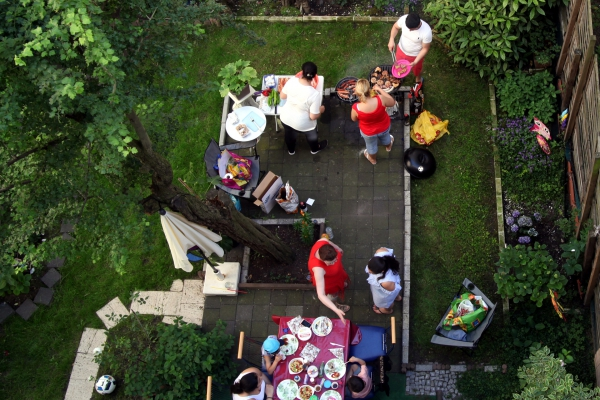 Menschen grillen im Hinterhof, über dts Nachrichtenagentur